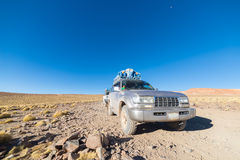 veículo 4x4 que cruza as montanhas andinas, Bolívia Fotos de Stock