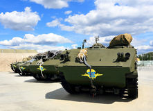 Veículos blindados de transporte de pessoal seguidos de múltiplos propósitos transportados por via aérea Fotografia de Stock Royalty Free