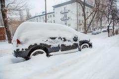 Veículos cobertos com a neve em um blizzard do inverno no parque de estacionamento fotos de stock royalty free