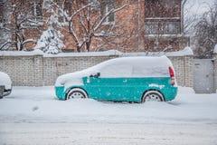 Veículos cobertos com a neve em um blizzard do inverno no parque de estacionamento imagens de stock