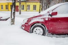 Veículos cobertos com a neve em um blizzard do inverno no parque de estacionamento foto de stock