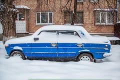 Veículos cobertos com a neve em um blizzard do inverno no parque de estacionamento fotos de stock