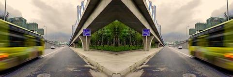 Veículos de alta velocidade fugas borradas em estradas urbanas Imagem de Stock Royalty Free