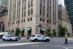 Veículos de NYPD, segurança da torre do trunfo, oficial do tráfego, New York City, NYC, NY, EUA Imagens de Stock Royalty Free