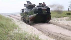 Veículos do assalto anfíbio que executam um assalto na praia do onslow vídeos de arquivo