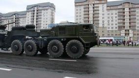 Veículos militares que viajam através da cidade, Hummers, infantaria, exército do russo vídeos de arquivo