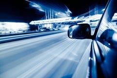 Veículos moventes rápidos na cidade Foto de Stock