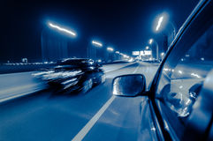 Veículos moventes rápidos na cidade foto de stock royalty free