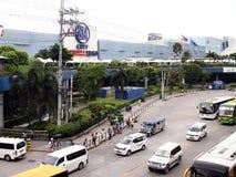 Veículos públicos e privados do transporte ao longo de EDSA fotos de stock