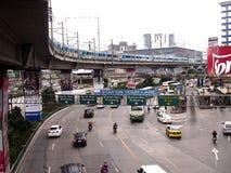 Veículos públicos e privados do transporte ao longo de EDSA imagem de stock royalty free
