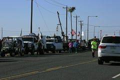 Veículos que alinham para Mardi Gras Parade descalço foto de stock royalty free