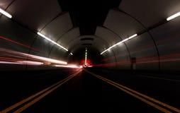 Veículos que passam rapidamente em um túnel foto de stock