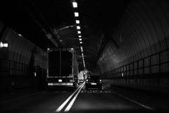 Veículos que viajam através do túnel de Dartford na noite imagens de stock royalty free