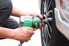 Veículos rodados reparados mecânico Imagens de Stock Royalty Free