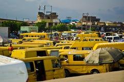 Veículos usados do táxi para a venda no mercado em Oshodi Fotografia de Stock Royalty Free