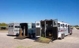 Veículos usados transportando cavalos de corrida Fotografia de Stock Royalty Free