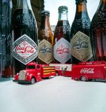 Ve?culos de Coca Cola Vintage e garrafas velhas imagem de stock royalty free