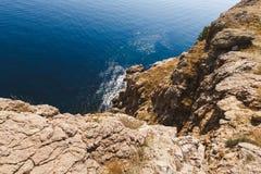 Vea abajo al mar de un acantilado Fotos de archivo libres de regalías