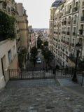Vea abajo de la escalera de Montmartre entre las construcciones de viviendas en París, Francia Fotos de archivo libres de regalías