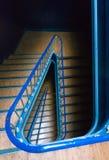Vea abajo de una escalera en el edificio clásico de Portugal Foto de archivo
