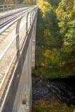 Vea abajo del puente ferroviario cerca del pueblo de Tokarivka, Fotos de archivo libres de regalías