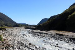 Vea abajo del río de Waiho, isla del sur, Nueva Zelanda Fotos de archivo libres de regalías