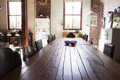 Vea abajo del top de mesa de comedor en un comedor de la cocina del desván Imágenes de archivo libres de regalías