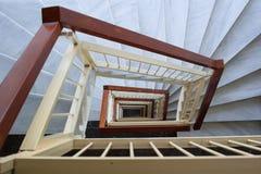 Vea abajo a la escalera geométrica con los pasos de mármol, carril de madera Imagen de archivo libre de regalías