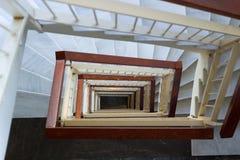 Vea abajo a la escalera geométrica de los pasos de mármol, carriles de madera Fotografía de archivo libre de regalías
