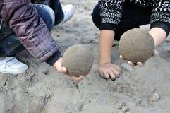 Vea alrededor de quién frotar la bola de la arena más Imagen de archivo