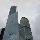 Vea de abajo hacia arriba de rascacielos en el cielo azul Hong Kong, edificio de oficinas, día del fondo Distrito financiero de l Foto de archivo