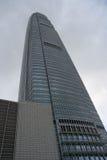 Vea de abajo hacia arriba de rascacielos en el cielo azul Hong Kong, edificio de oficinas, día del fondo Negocio de la ciudad Imágenes de archivo libres de regalías