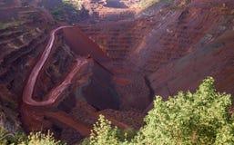 Vea dentro de la mina del oxid del hierro con los rastros en cuestas Fotografía de archivo