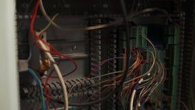 Vea dentro del gabinete de distribución con muchos el alambre y el cable multicolores almacen de metraje de vídeo