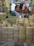 Vea dentro del mercado principal de la ciudad de Huancayo en Perú Foto de archivo