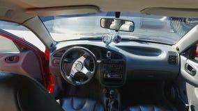 Vea desde adentro del coche de deportes costoso con el interior y la fuerza de cuero de turbo almacen de metraje de vídeo