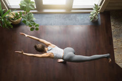 Vea desde arriba de actitud de la yoga del virabhadrasana 3 Foto de archivo