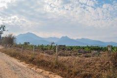 Vea el camino lateral de la grava en Pai en Maehongson Tailandia Fotos de archivo