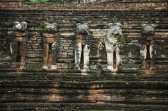 Vea el paisaje Wat Chang Rop o Wat Chang Rob del parque histórico de Kamphaeng Phet en Kamphaeng Phet, Tailandia Imagen de archivo libre de regalías