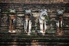 Vea el paisaje Wat Chang Rop o Wat Chang Rob del parque histórico de Kamphaeng Phet en Kamphaeng Phet, Tailandia Fotos de archivo