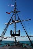 Vea el palo con las banderas y el Mar Egeo Imagenes de archivo