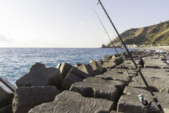Vea el primer piso con las cañas de pescar, Italia del rompeolas Imagenes de archivo
