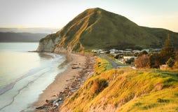 Vea el promontorio de desatención de la bahía y de Opoutama del ` s de Taylor, península de Mahia, isla del norte, Nueva Zelanda foto de archivo libre de regalías