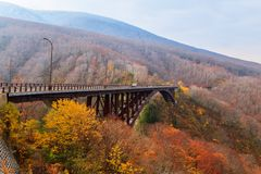Vea el puente de Jogakura y la montaña colorida en la estación del otoño, Ao fotografía de archivo libre de regalías