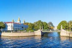 Vea el puente de Krasnogvardiysky sobre el canal de Griboyedov en el distrito histórico de Kolomna en St Petersburg Imagen de archivo