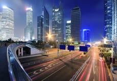 Vea el tráfico a través de ciudad moderna en la noche en Shangai Foto de archivo