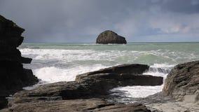 Vea hacia fuera al mar para gull la roca con las ondas que se estrellan en el pueblo costero BRITÁNICO de Cornualles Inglaterra d metrajes