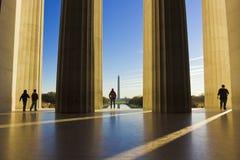 Vea hacia fuera sobre la alameda nacional en Washington de la cámara central de Lincoln Memorial Imagen de archivo libre de regalías