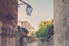 Vea la calle estrecha en la ciudad vieja de Budva montenegro Fotos de archivo