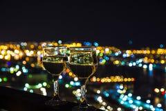 Vea la ciudad en la noche, el puente a través de la bahía en la noche, los vidrios con la cual Fotografía de archivo libre de regalías